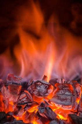 Stark brennende Holzkohle