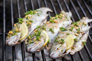 Gegrillter Fisch mit Zitrone