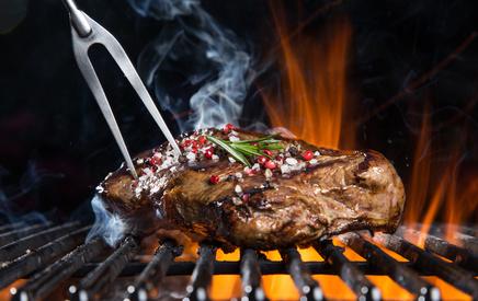 Lecker gegrilltes Steak auf einem Gasgrill zubereitet