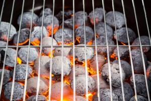 Glühende Holzkohle auf dem Kohlerost