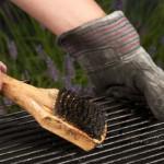 Grillrost reinigen mit Metallbürste